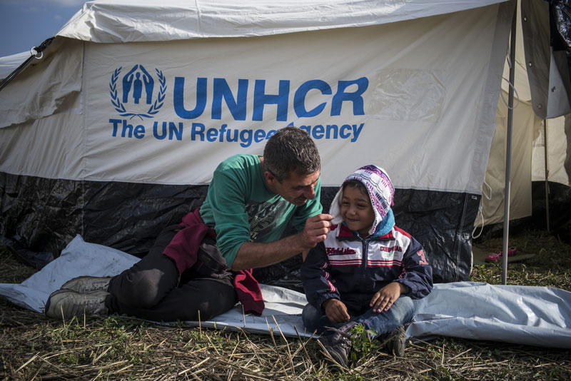 Syrian father and child in Hungary: © UNHCR/O. Laban-Mattei