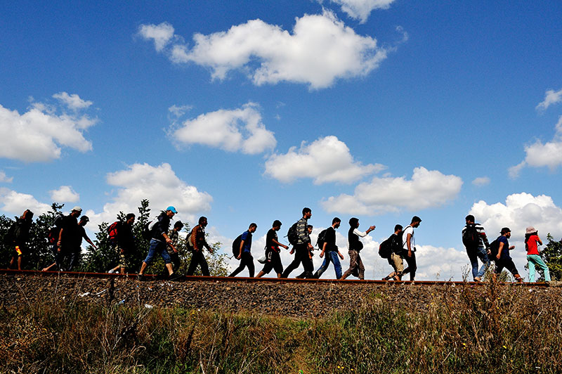 Blue sky refugees walking: © UNHCR M. Henley